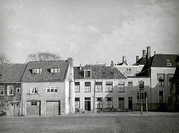 Aan de oostzijde van het Oldehoofsterkerkhof, gesloopt in de jaren vijftig.